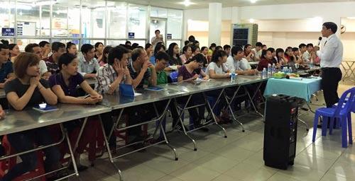Ông Nguyễn Văn Quang, Phó Giám đốc Trung tâm Công tác xã hội Công đoàn, nói chuyện về HIV/AIDS với công nhân Công ty CP Trung Sơn