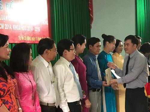 PGS-TS Phạm Minh Tuấn, Giám đốc Học viện Chính trị Quốc gia Khu vực II, trao bằng tốt nghiệp cho các học viên