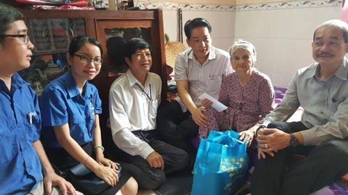 Các thành viên trong đoàn thăm hỏi mẹ Việt Nam anh hùng