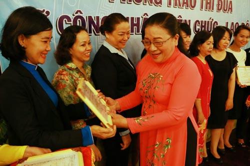 Bà Nguyễn Thị Bích Thủy, Phó Chủ tịch LĐLĐ TP HCM, tặng giấy khen cho các tập thể, cá nhân xuất sắc