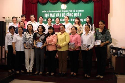 Bà Trần Kim Yến, Chủ tịch LĐLĐ TP HCM, cùng các cán bộ Công đoàn tham gia Ban Chấp hành Hội LHPN TP, quận, huyện