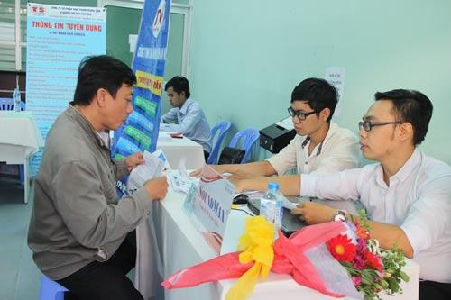 Ứng viên tham gia sàn giao dịch việc làm các ngành công nghiệp trọng điểm