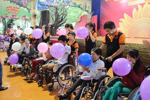 Người khuyết tật tham gia trò chơi tại ngày hội