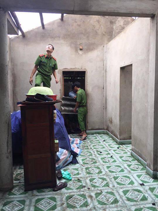 Giúp dân Lệ Thủy lợp lại nhà bị lốc xoáy làm tốc mái