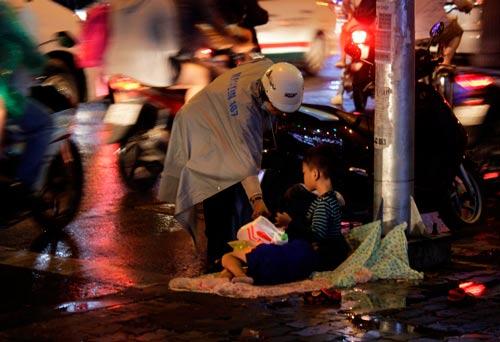 Hai đứa trẻ xin tiền ở ngã tư Cách Mạng Tháng Tám - NguyễnThị Minh Khai (giáp ranh quận 1 và quận 3, TP HCM) Ảnh: Quốc Chiến
