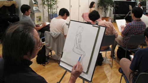 """Một lớp học vẽ khỏa thân ở Tokyo nhằm giúp các """"trai tân"""" tiếp xúc cơ thể phụ nữ thực sự Ảnh: CNN"""