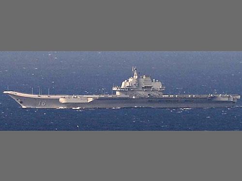 Hình ảnh tàu sân bay Liêu Ninh ở biển Hoa Đông do lực lượng phòng vệ Nhật Bản chụp được hôm 25-12Ảnh: Reuters
