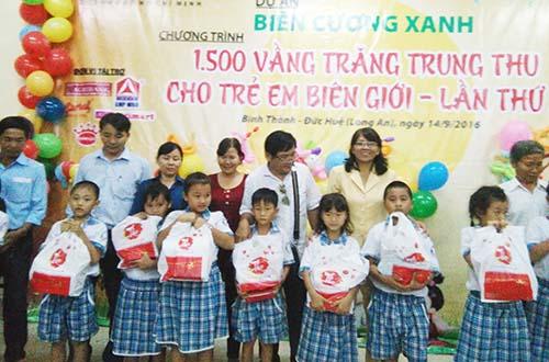 Tặng 1.500 phần quà trung thu cho trẻ em nghèo