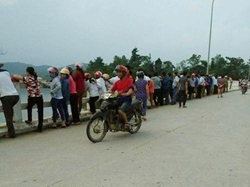 Người dân hiếu kỳ tập trung xem lực lượng chức năng tìm kiếm trung úy Nguyễn Bá Cường - Ảnh: HT
