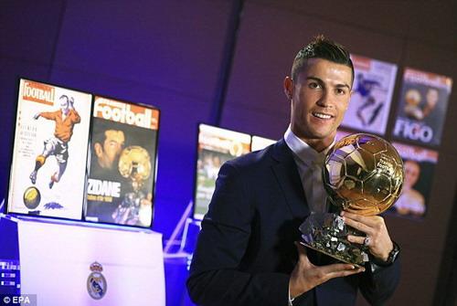Hình ảnhRonaldo và bóng vàng xuất hiện trên trang chủ France Football