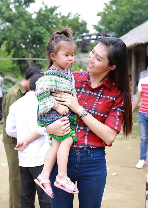 Người đẹp Trương Diệu Ngọc trong một lần đi làm từ thiện
