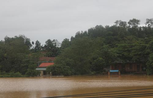 Khoảng 60.000 học sinh của hơn 80 trường ở Hà Tĩnh phải nghỉ học do mưa lũ