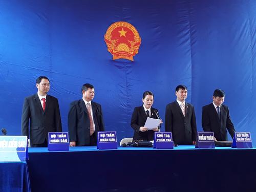 Thẩm phán Hoàng Thị Hồng Hạnh, chủ tọa phiên tòa, thay thay mặt HĐXX tuyên án bị táo Tẩn Láo Lở - Ảnh: CTV