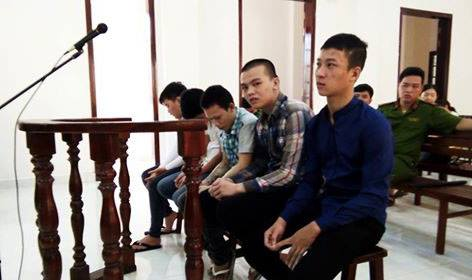 Nguyễn Hoàng Tuấn (thứ hai từ phải sang) cùng các đồng phạm