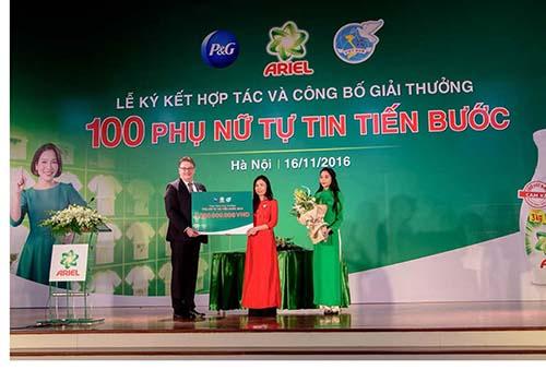 Ông Kurt Droeshout, Tổng giám đốc P&G Việt Nam và bà Bà Bùi Thị Hồng, đại diện Hội LHPNVN công bố tổng giá trị giải thưởng Phụ Nữ Tự Tin Tiến Bước