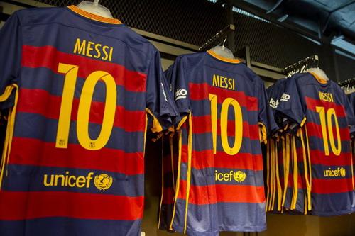 Dòng chữ UNICEF vẫn còn trên áo đấu của Barcelona