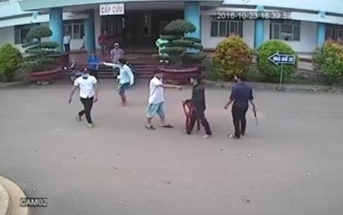 Cảnh hàng chục kẻ lao vào bệnh viện đâm chém được camera ghi lại