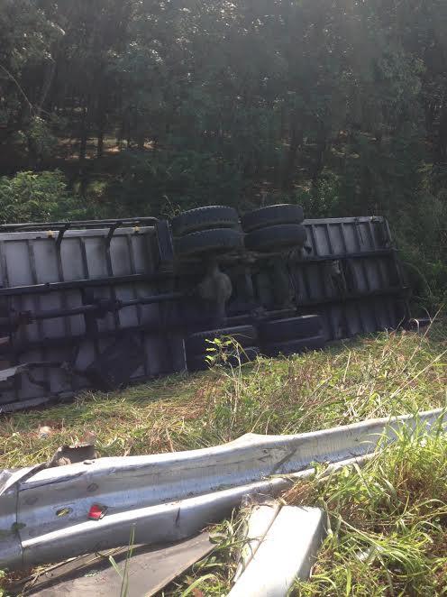 Chiếc xe tải lật nhào bên vệ đường