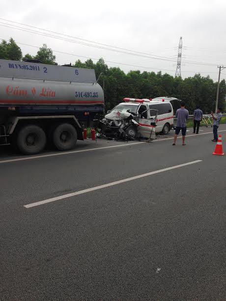 Tai nạn xe cứu thương kinh hoàng trên cao tốc
