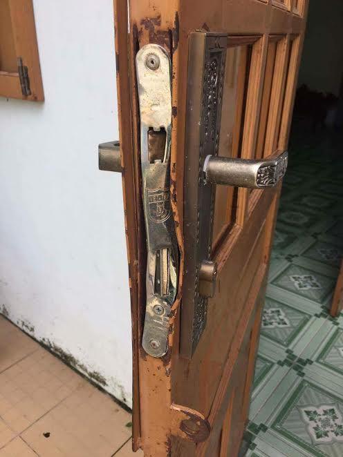 Hai lớp cửa khóa nhà chị T. bị phá banh.