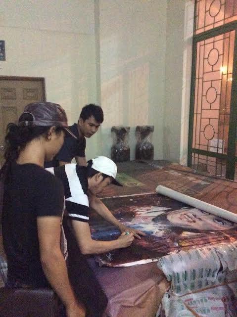 Nghệ sĩ Hoài Linh trực tiếp xuống Vũng Tàu ký lên bức tranh để bán đấu giá