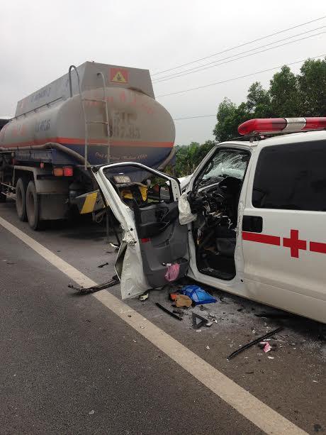 Hiện trường xe cứu thương vỡ nát khi đâm xe bồn trên cao tốc