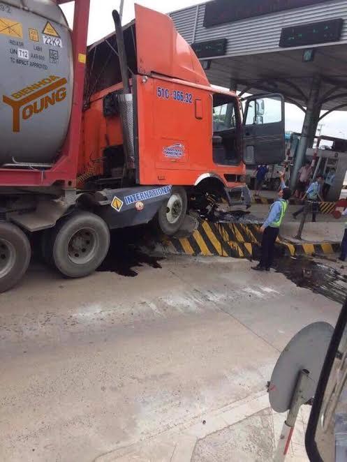 Trạm thu phí cầu Đồng Nai bị xe bồn tông hư hỏng nặng chiều 29-12