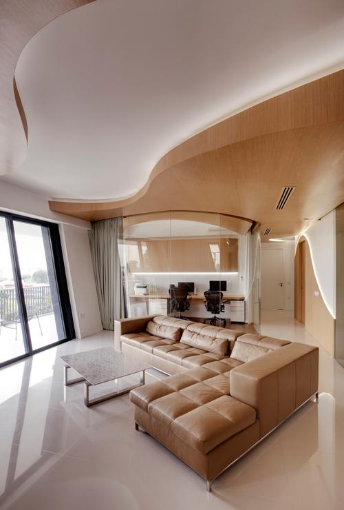 Kiến trúc sư đưa ra giải pháp sử dụng những mảng thạch cao kết hợp với gỗ uốn lượn không theo quy luật để làm trần, ốp tường.
