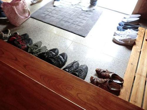 Bỏ giày dép bên dưới để tránh lôi bụi bẩn vào nhà