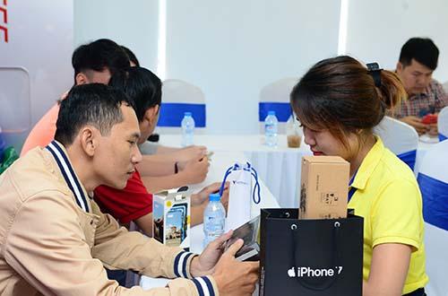 Anh Nguyễn Đức Đạt- Khách hàng đầu tiên sở hữu iPhone 7 Plus 128GB Jet Black tại Viễn Thông A.