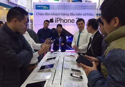 Viettel Store giao 4.000 iPhone 7 trong ngày đầu tiên