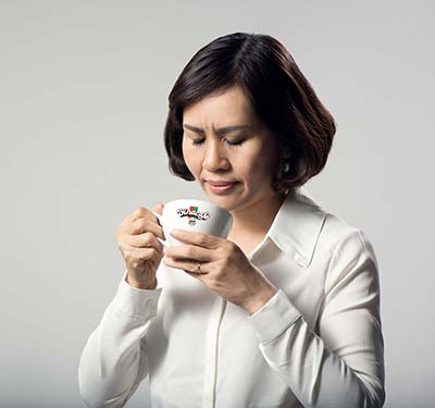 Chuyên gia Hồ Thị Duy Anh đang thử vị cà phê