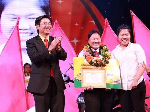 Ông Đặng Phước Thành, Chủ tịch HĐQT Vinasun Corp, chúc mừng chị Nguyễn Thị Ngọc Thạch