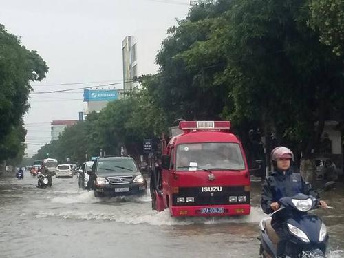 Xe cứu hộ ứng trực, tuần tra trên các tuyến phố bị ngập ở TP Vinh để sẵn sàng cứu hộ