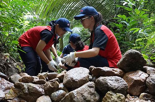 Sinh viên Việt Nam tham gia xây đập giữ nước trên núi Yai Da (tỉnh Rayong) cùng người dân địa phương và nhân viên Tập đoàn SCG