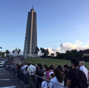 Bên ngoài Khu tưởng niệm José Martí ở thủ đô La Havana, dòng người dân Cuba xếp hàng chờ vào viếng vị lãnh tụ của mình - Ảnh: VOV
