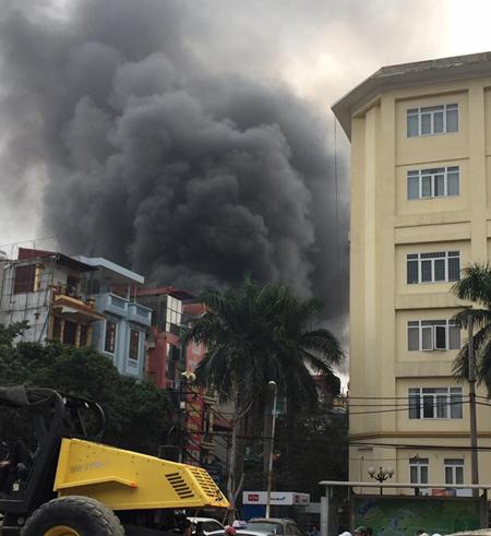 Khói từ vụ cháy bốc cao hàng chục m - Ảnh: Otofun