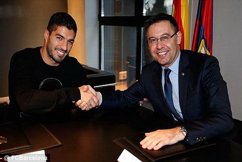 Luis Suarez ký kết hợp đồng với chủ tịch CLB Josep Barthomeu
