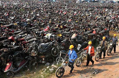 Bãi phế liệu mênh mông với hàng nghìn xe máy các loại xếp chồng chất ở Quảng Châu. Ảnh: Lifeofguangzhou.