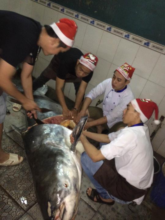 Các nhân viên Nhà hàng Hai Lúa xẻ thịt con cá tra dầu khủng