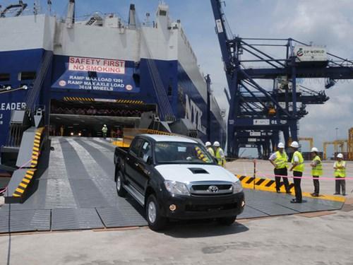 Ô tô đang làm thủ tục nhập khẩu tại Cảng SPCT - Hiệp Phước (TP HCM) ẢNH: GIA KHIÊM