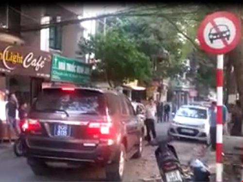 Chiếc xe Toyota Fortuner biển xanh đi vào đường cấm ô tô - Ảnh cắt từ clip