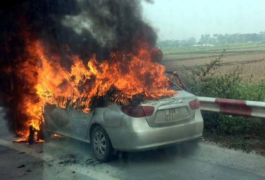 Chiếc ô tô đang bốc cháy dữ dội trên cao tốc Pháp Vân-Cầu Giẽ - Ảnh: Otofun