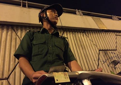 """Vũ Huỳnh Quốc Hòa đang """"xin đểu"""" người vi phạm ở hầm Thủ Thiêm Ảnh: LÊ PHONG"""
