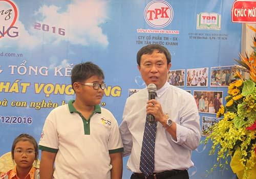 Ông Nguyễn Đức Tiến -Tổng Giám đốc Công ty Cổ phần Quảng cáo Nhất và cậu bé Hiền Chương trong lễ tổng kết tại TP HCM