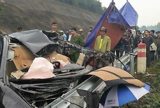 Chiếc xe ô tô 4 chỗ biến dạng sau vụ tai nạn - Ảnh: Otofun
