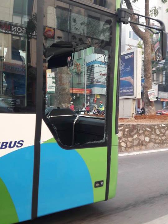 Chiếc xe buýt nhanh va chạm với xe taxi và bị vỡ tan kính - Ảnh: Otofun