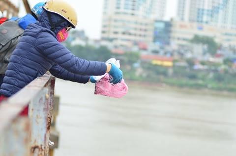 Tại các địa điểm khác như cầu Long Biên, hồ Hoàn Kiếm cũng có nhiều người đến thả cá chép