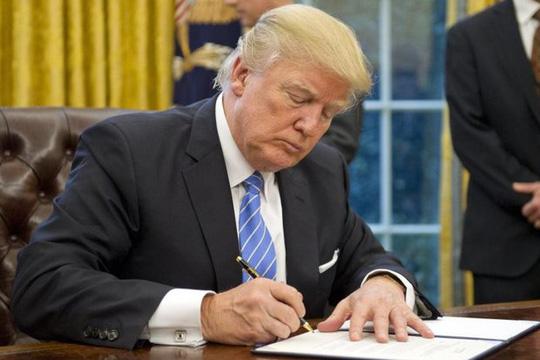 Tân Tổng thống Mỹ Donald Trump ký sắc lệnh rút Washington khỏi Hiệp định đối tác xuyên Thái Bình Dương (TPP) - Ảnh: EPA