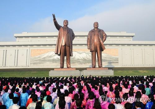 Tượng hai cố lãnh tụ Triều Tiên Kim Chính Nhật và Kim Nhật Thành ở Bình Nhưỡng. Ảnh: YONHAP